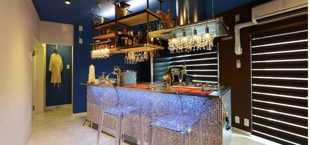 BARカウンターのアイランドキッチンが家の中心にしたリノベーション。
